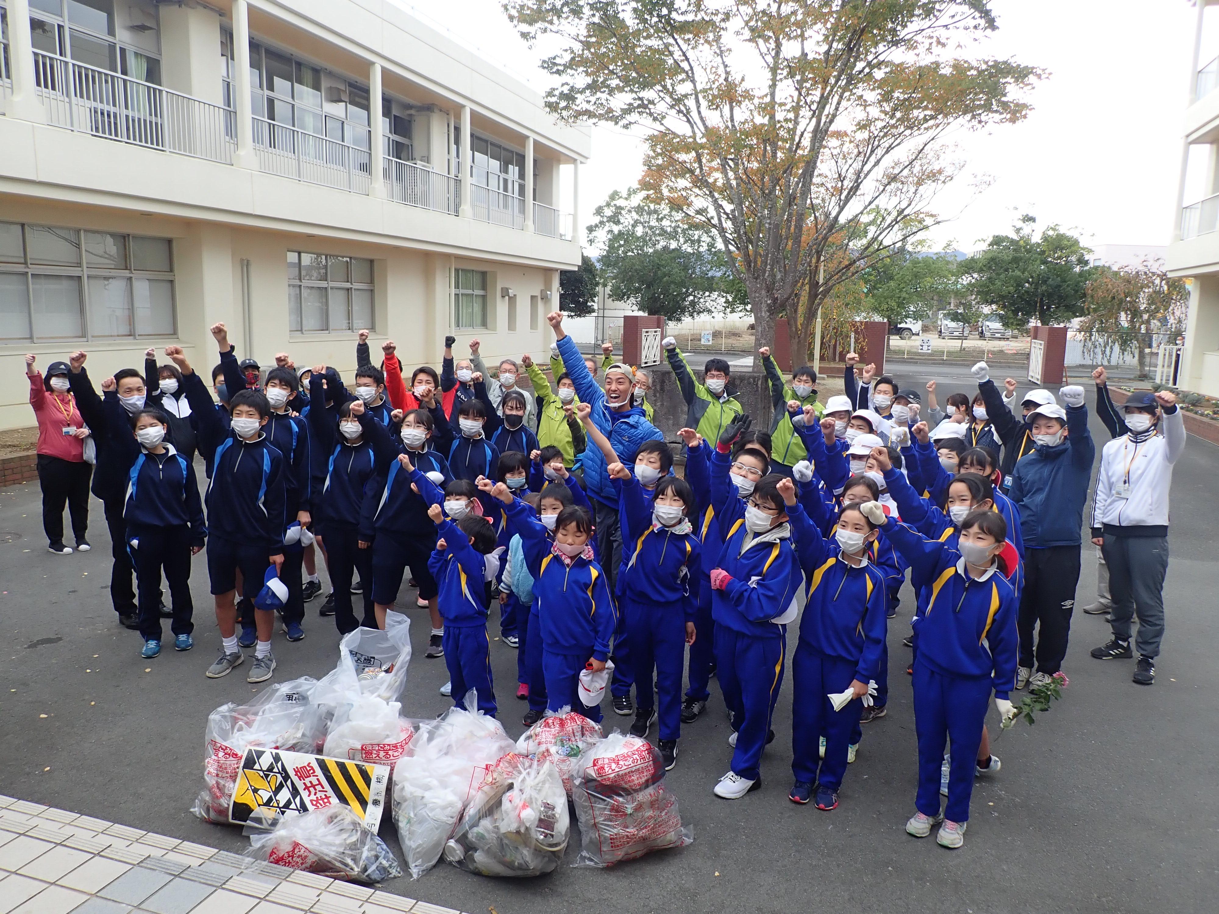【CSR活動】富岡小中学校生と一緒にごみ拾い♪の画像